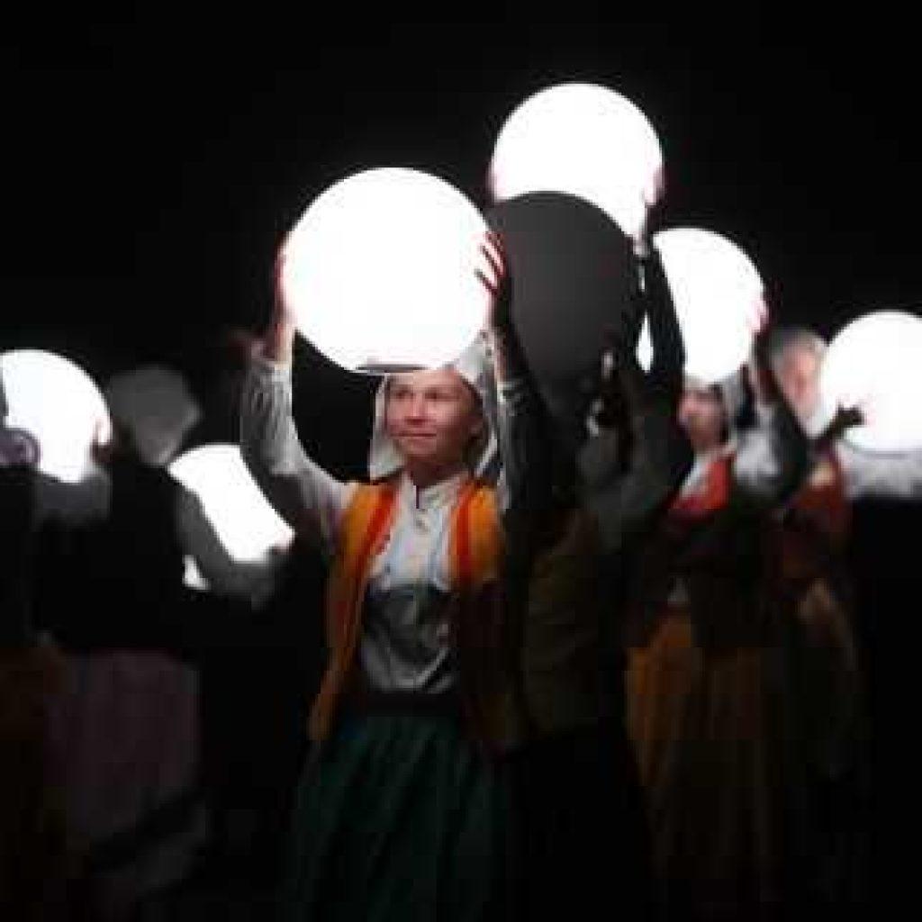 Après des mois de répétitions dans l'ombre, les six cents bénévoles du spectacle apparaissent enfin en pleine lumière.
